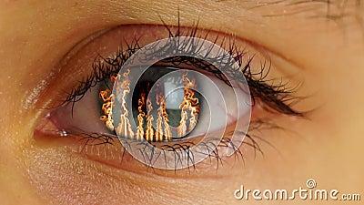 Feuer im menschlichen Auge stock footage