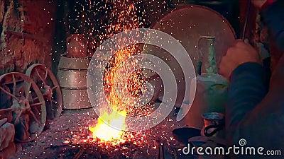 Feuer im Ofen in der Schmiede stock footage