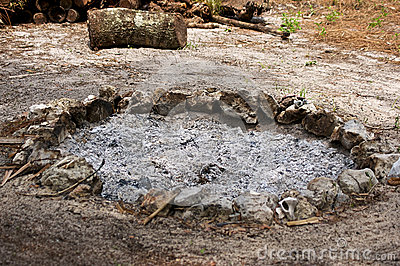 Feuergrube gefüllt mit gebrannter Asche
