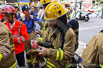 Feuerwehrmann essen das Mittagessen Redaktionelles Stockfotografie