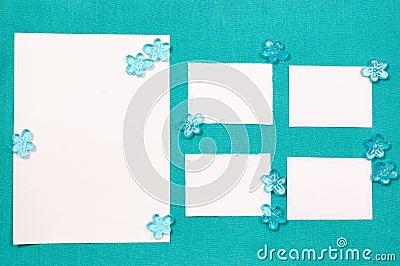 Feuilles de papier sur la draperie bleue