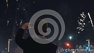 Feux d'artifice de fête sur le ` de nouvelle année s Ève au centre de la ville de nuit clips vidéos