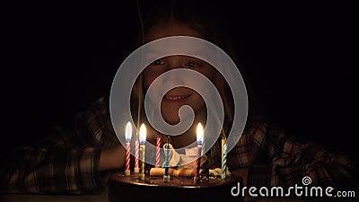 Fiesta de cumpleaños infantil con velas en la noche, celebración infantil, aniversario de niñas almacen de video