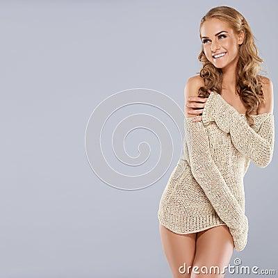 Figlarnie piękny blondynka model