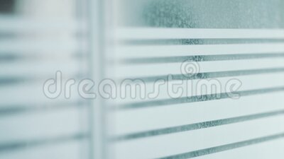 Figura masculina passando pela janela filme