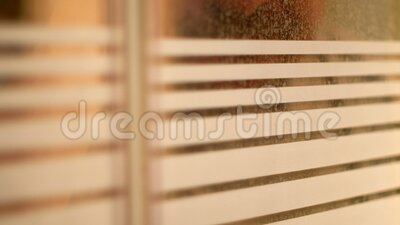 Figura masculina passando pela janela vídeos de arquivo