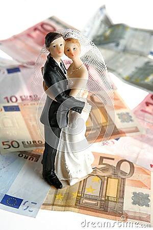 Figurine delle coppie di cerimonia nuziale sopra le euro note