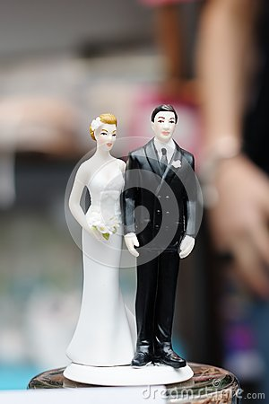 Free Figurines On Top Of Wedding Cake Stock Images - 30110434