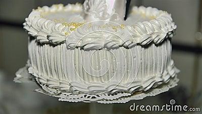 Figurka nowożeńcy dekorują białego wielopoziomowego tort zdjęcie wideo