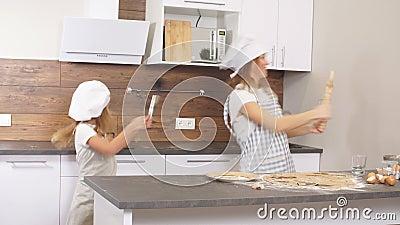Fijne Kaukasische familie die plezier heeft en danst in de keuken met hun overwinningsdans stock videobeelden