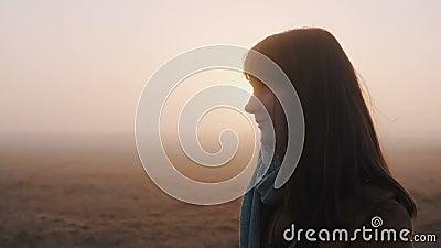 Fijne mooie blanke toeristenvrouw glimlachte, mediteerde terwijl ze langs een prachtige roze foggy zonsondergang liep met trage b stock video