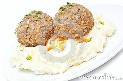 Fijngestampte aardappels en vleesballetjes