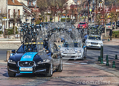 Fila de los coches técnicos París Niza 2013 de las personas Imagen de archivo editorial