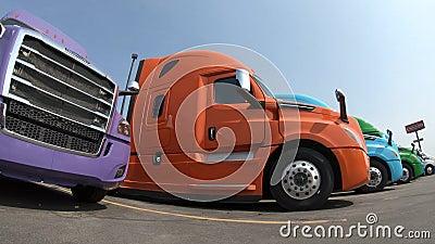 Fila dei Semi-camion alla gestione commerciale video d archivio