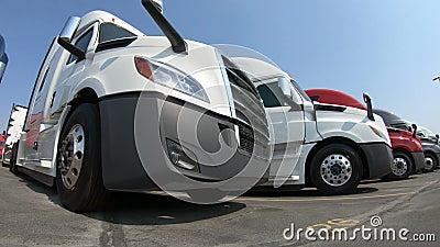 Fila dei Semi-camion alla gestione commerciale stock footage