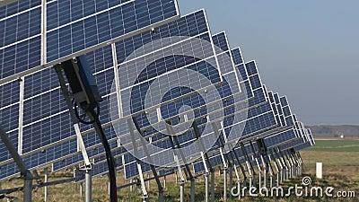 Filas de los paneles solares de los generadores de la energ?a del eco en campo rural almacen de metraje de vídeo