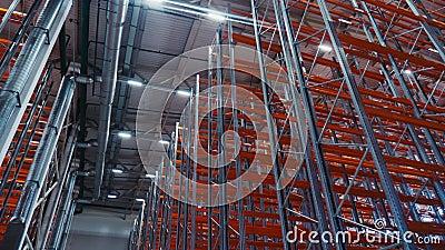 Filas de racks con tablones rojos en el depósito en ángulo bajo disparado metrajes