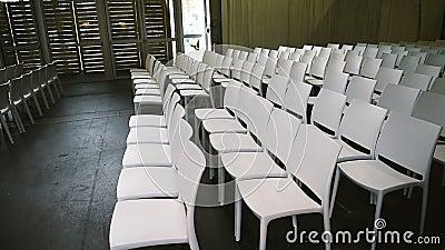 Filas de sillas vacías