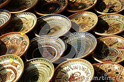 Filas de tazones de fuente hechos a mano.