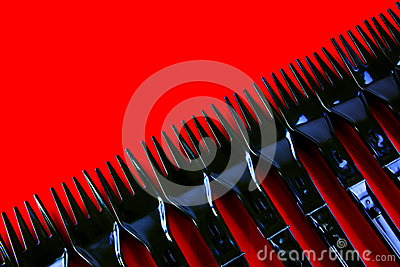Fileira de forquilhas plásticas no vermelho