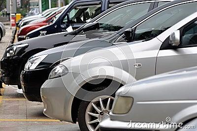 Fileira do estacionamento dos carros