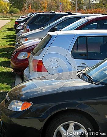 Fileira dos carros no lote de estacionamento