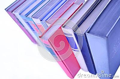 Fileira dos livros alinhados na fileira