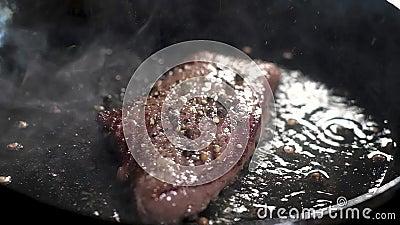 Filete apetitoso jugoso de Houdini de mármol Frito en una cacerola y un aceite de oliva Salpica del aceite de ebullición y de muc metrajes