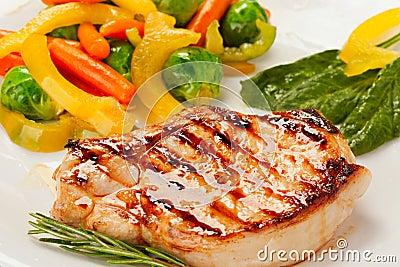 Filete asado a la parrilla con las verduras