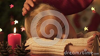 Filha dos cursos da mamã que caiu adormecido na noite de Natal em antecipação a Santa filme