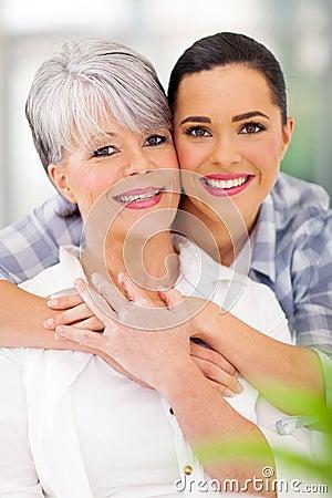 Filha que abraça a mãe