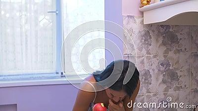 Fille étouffée sur une pomme banque de vidéos