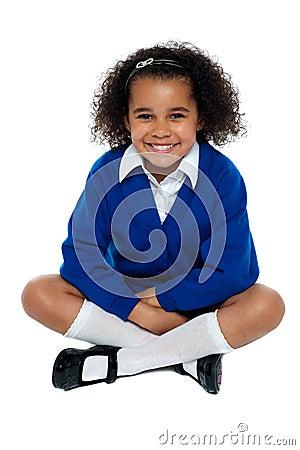 Fille africaine avec du charme d école flashant un sourire