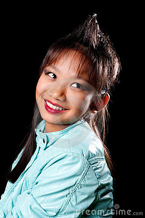 Fille asiatique avec une touffe de cheveu sur sa tête