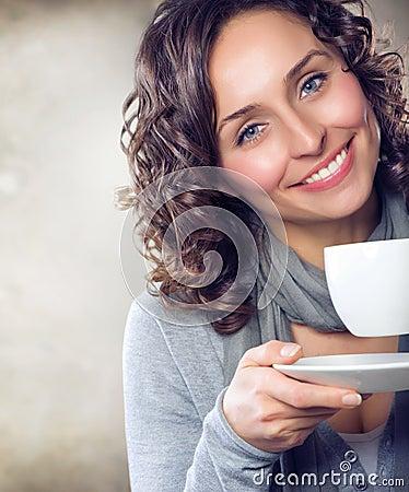 Fille avec du café ou le thé