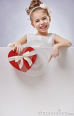 fille avec l 39 affiche vide blanche photo stock image 65466753. Black Bedroom Furniture Sets. Home Design Ideas