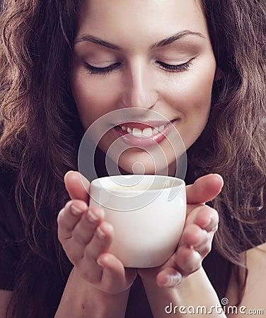 Fille avec la cuvette de café