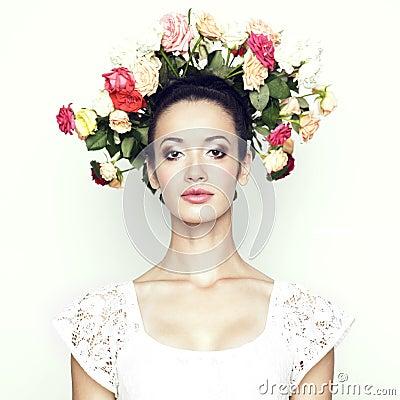 Fille avec le cheveu des roses