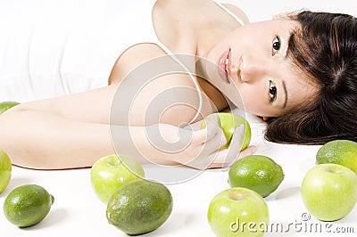 Fille avec le fruit 1