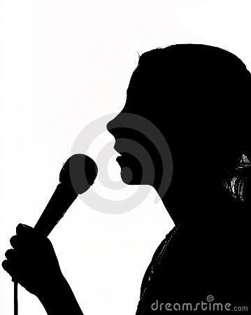 Fille avec le microphone