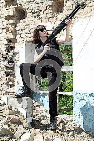 Tableau sur Toile Belle fille sexy avec des fusils