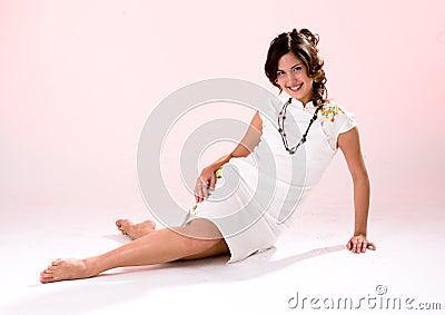 Fille blanche de robe de patte en travers
