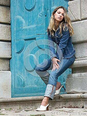Fille blonde dans des jeans