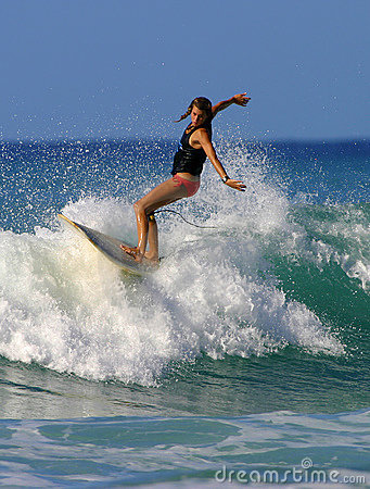 Fille Brooke Rudow de surfer surfant en plage de Waikiki Photo stock éditorial