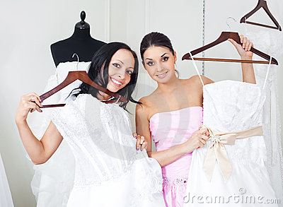 Fille choisissant une robe de mariage image stock image for Concepteurs de robe de mariage australien en ligne