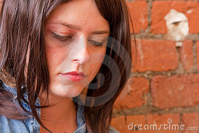 Fille déprimée de Brunette regardant fixement vers le bas