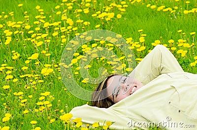 Fille détendant au soleil
