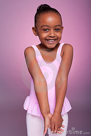 Fille d Afro-américain utilisant un costume de ballet