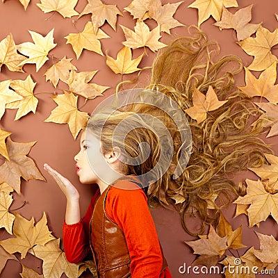 Fille d automne sur les lames sèches soufflant des languettes de vent