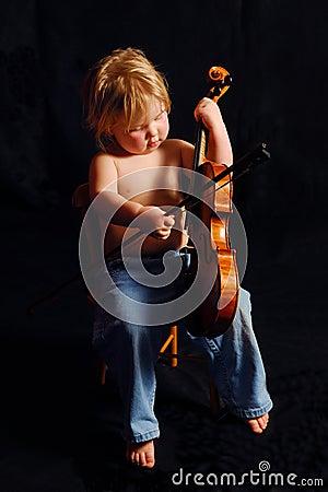 Fille d enfant en bas âge avec le violon